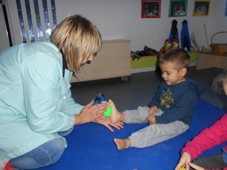 Resultado de imagen de massatge infantil a l'escola bressol