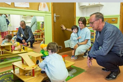 L'Alcalde de Lleida Miquel Pueyo i la Regidora d'Educació, Cooperació, Drets Civils i Feminismes Sandra Castro visiten l'Escola Bressol Municipal de Cappont el primer dia d'inici del curs escolar.