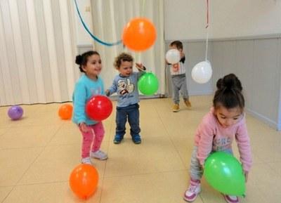 Activitat de psicomotricitat amb globus