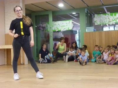La Laura balla a l'Escola